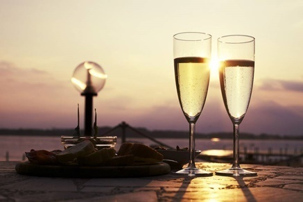 photo-aperitif-drink-glass-prosecco-wine.jpg
